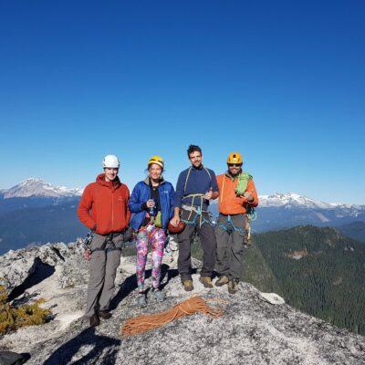 Vrcholovka z Mt. Habrich (Squamish) po vyleze cesty Life on Earth (5.10c, 5 dlzok) koncom Oktobra, Matt, ja, Brad a Pep.